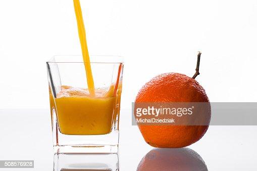 Verser dans le verre jus d'Orange : Photo