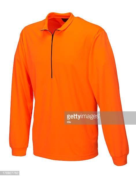 Orange Hemd auf weißem Hintergrund