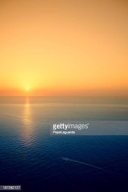 オレンジ色の空の海