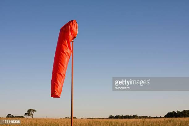 Orange Luftsack im ländlichen Flughafen