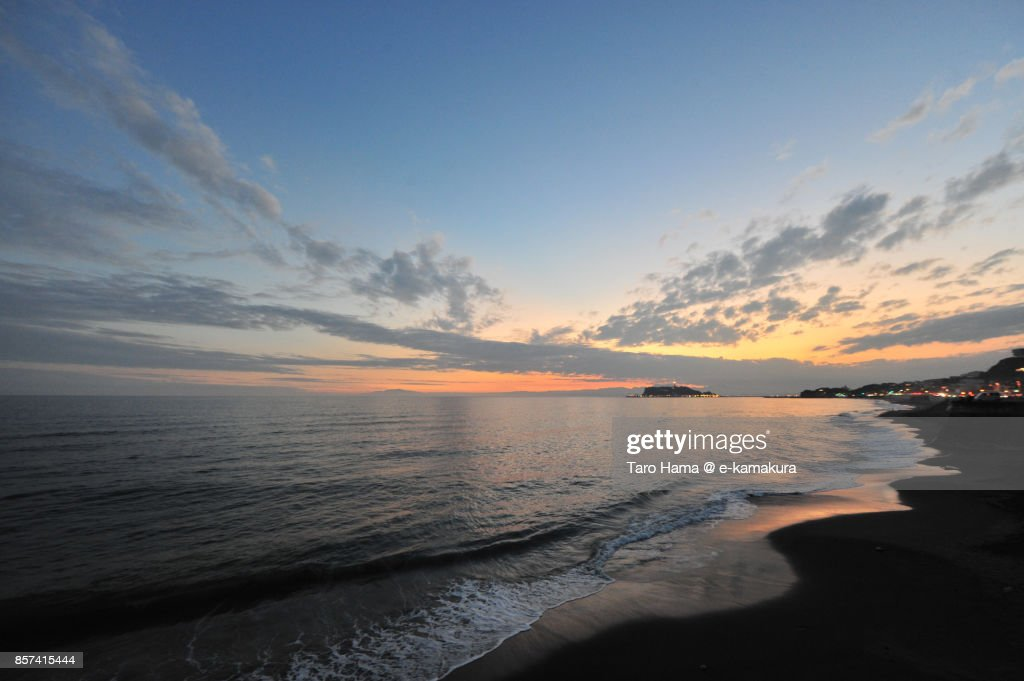 Orange-colored sunset clouds on Sagami Bay and Enoshima Island : ストックフォト