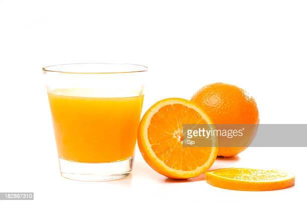 Oranges et verre de jus de fruits