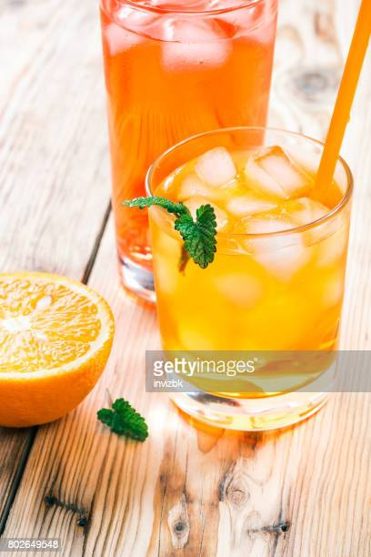 Orangen und gekühlte Getränke