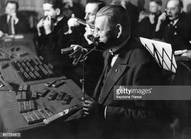 Orchestre de neuf cents harmonicas à Berlin Allemagne Un musicien soliste pouvant avoir jusqu'à 36 harmonicas