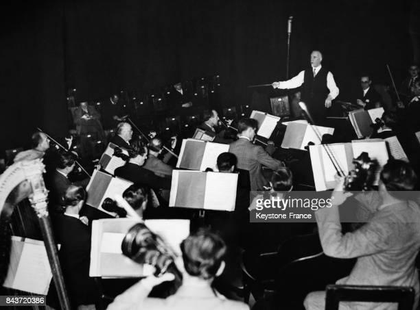 L'orchestre philharmonique de Londres en tournée en Allemagne donnant un concert sous la direction de Sir Thomas Beecham simultanément retransmis à...