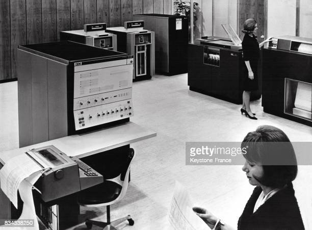 Ordinateur 360 modèle 30 IBM le premier modèle de la ligne avec deux dérouleurs de bandes une imprimante et un lecteurperforateur de cartes en mai...