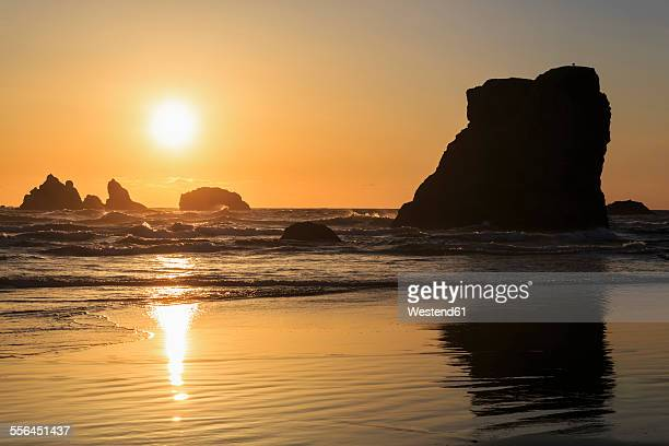 USA, Oregon, Bandon, Bandon Beach, rocky needles at sunset