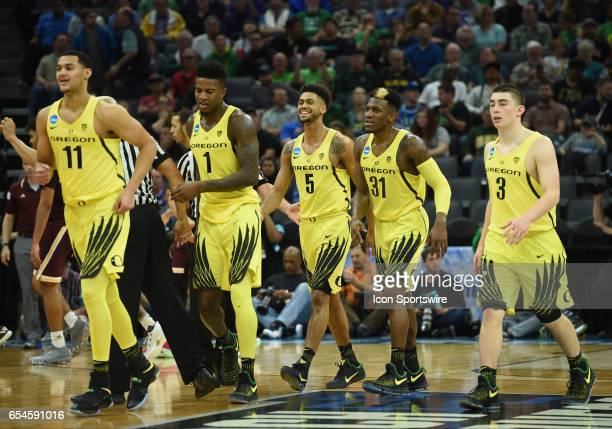 Oregon Ducks Tyler Dorsey smiles with his Oregon Ducks teammates during a timeout during the first half of the Oregon Ducks game versus the Iona...