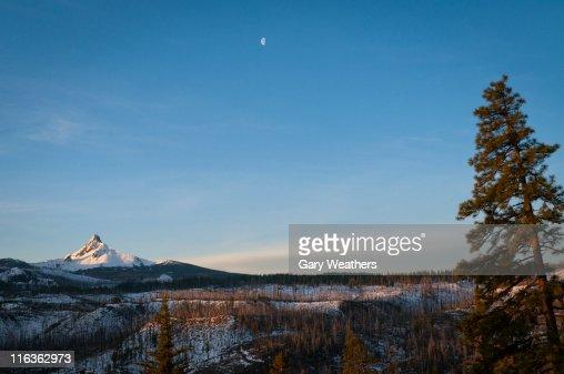 Snowcapped Imágenes De Stock Snowcapped Fotos De Stock: Usa Oregon Snowcapped Mount Washington Stock-Foto