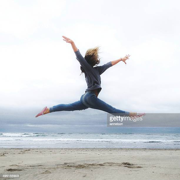 USA, Oregon, Tillamook County, Rockaway Beach, Young woman practicing ballet on beach