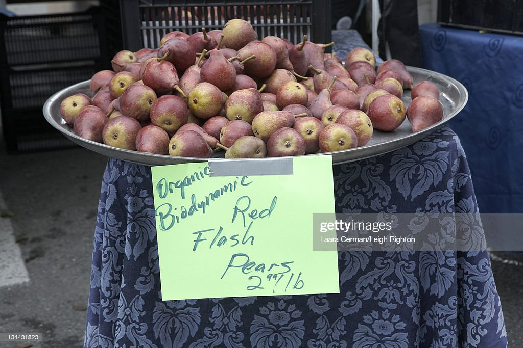 Organic apples for sale at a Farmer's Market. : Stock Photo