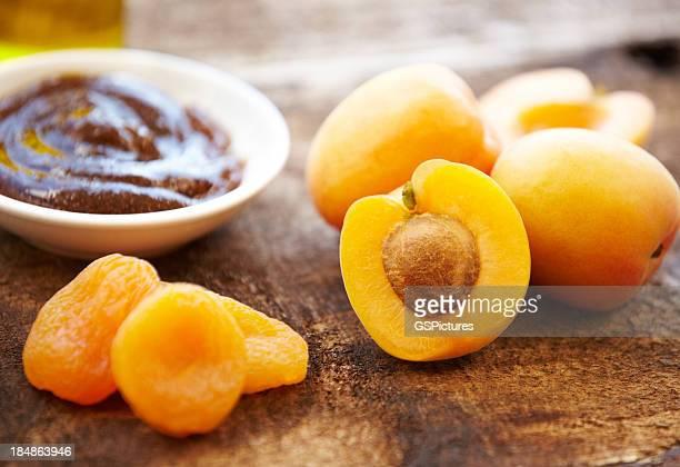 Organic skincare, Salzpeeling in eine Schüssel geben, frischen Aprikosen