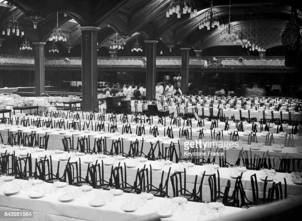 Organisation d'un dîner lors d'un meeting politique au bal Bullier à Paris France circa 1930 1500 convives sont attendus