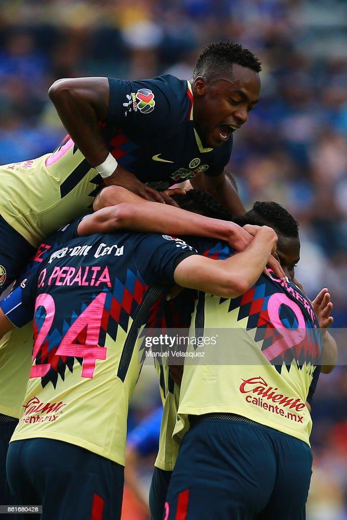 Oribe Peralta (C) of America celebrates with teammates after scoring the first goal of his team during the 13th round match between Cruz Azul and America as part of the Torneo Apertura 2017 Liga MX at Azul Stadium on October 14, 2017 in Mexico City, Mexico.