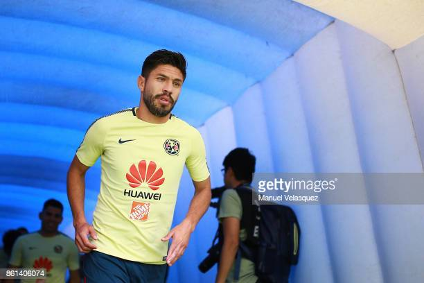 Oribe Peralta of America gets in the field before the 13th round match between Cruz Azul and America as part of the Torneo Apertura 2017 Liga MX at...