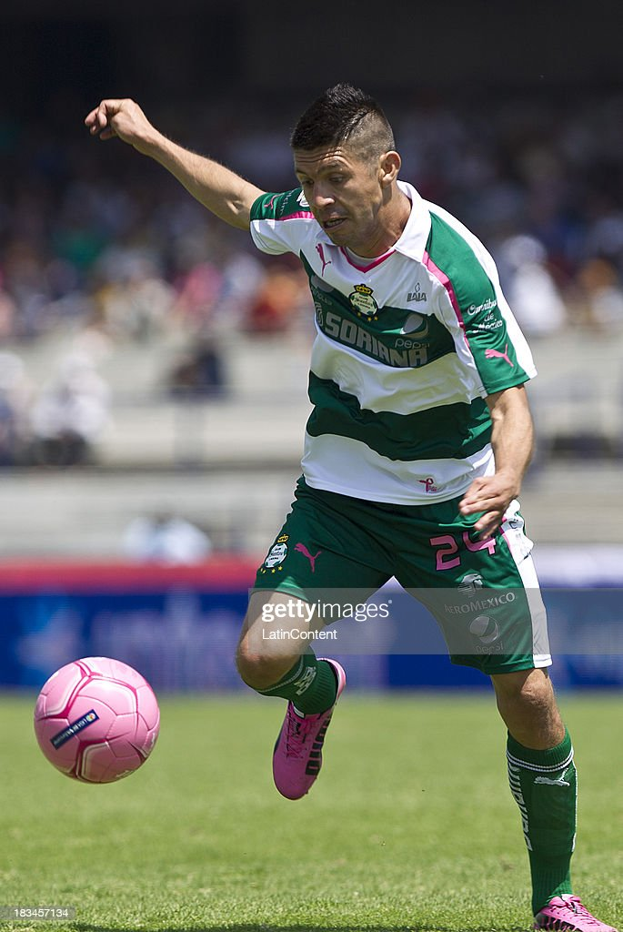 <a gi-track='captionPersonalityLinkClicked' href=/galleries/search?phrase=Oribe+Peralta&family=editorial&specificpeople=2496229 ng-click='$event.stopPropagation()'>Oribe Peralta</a> of Santos during a match between Pumas and Santos as part of the Apertura 2013 Liga MX at Olympic Stadium on October 06, 2013 in Mexico City, Mexico.