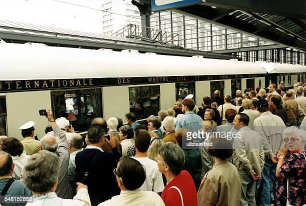 Orientexpress auf dem Bahnhof Zoo in Berlin mit Schaulustigen 1997