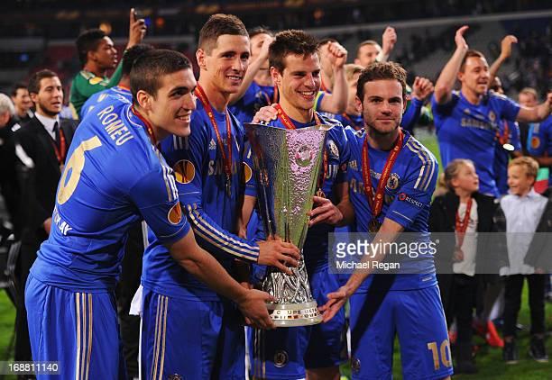 Oriol Romeu Fernando Torres Cesar Azpilicueta and Juan Mata of Chelsea pose with the trophy during the UEFA Europa League Final between SL Benfica...