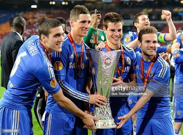 R Oriol Romeu Fernando Torres Cesar Azpilicueta and Juan Mata of Chelsea celebrate with the trophy after the UEFA Europa League Final between SL...