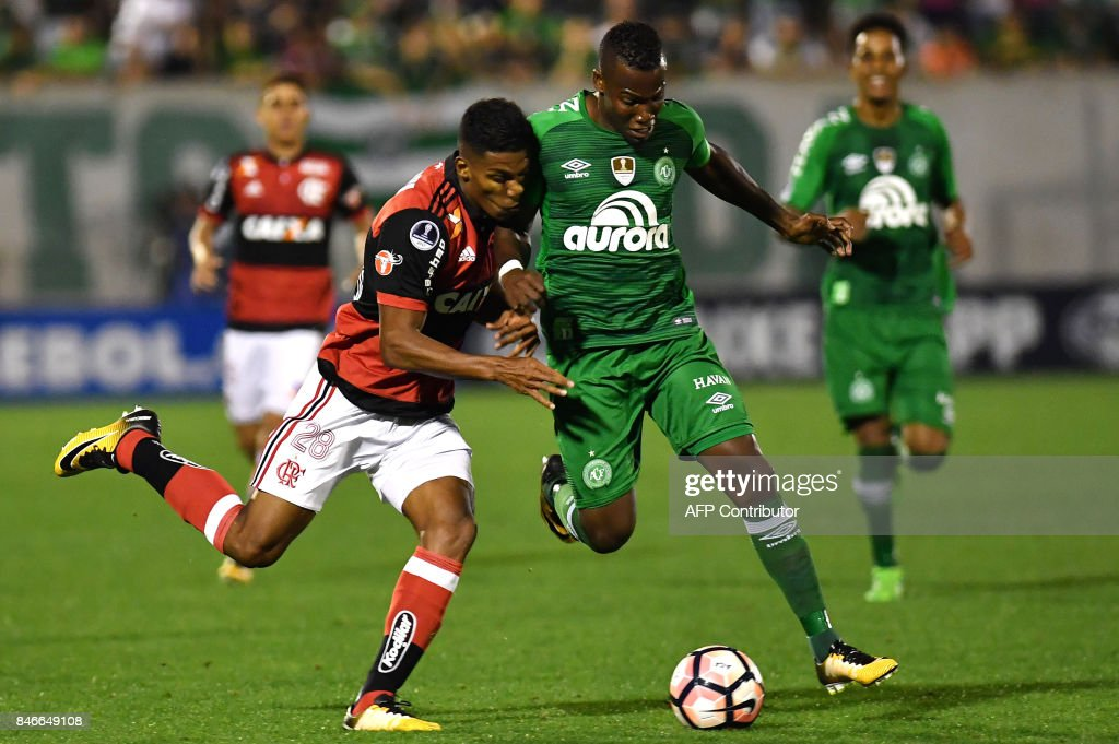 Orlando Berrio (L) of Brazil's Flamengo vies for the ball with Moises Ribeiro (R) of Brazils Chapecoense during their 2017 Copa Sudamericana football match held at Arena Conda stadium, in Chapeco, Brazil on September 13, 2017. /