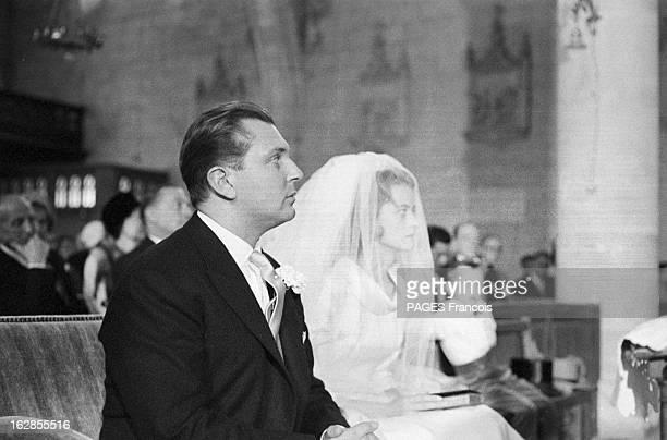 D'Ornano Wedding 1960 le 19 septembre le comte Michel D'ORNANO épouse Anne DE CONTADES portrait du couple assis à l'église lors de la cérémonie...
