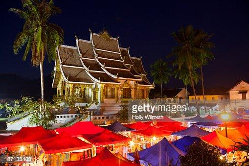 Ornate building overlooking market stalls : Stock Photo