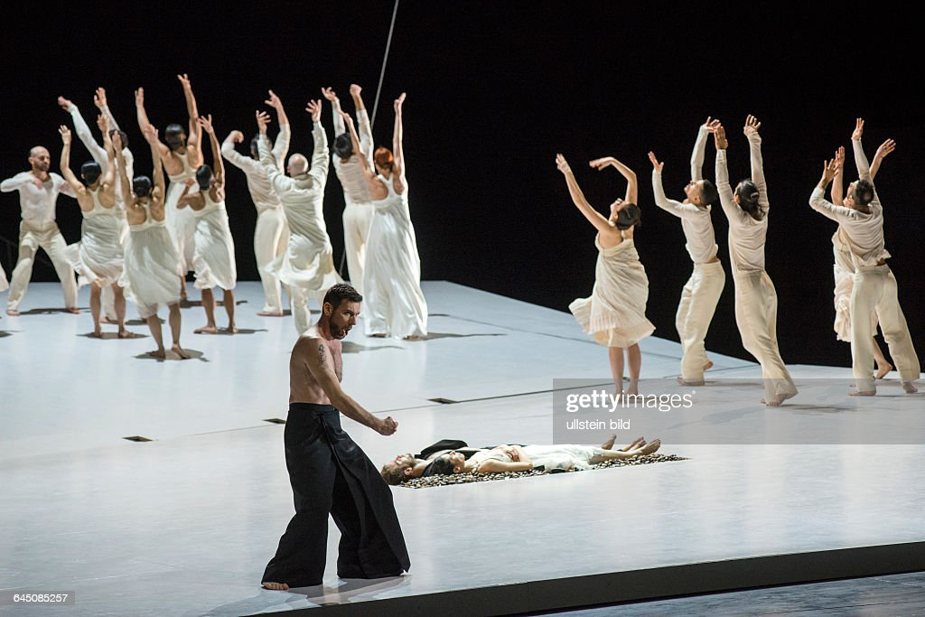 Romeo und Juliette. Autor: <a gi-track='captionPersonalityLinkClicked' href=/galleries/search?phrase=Hector+Berlioz&family=editorial&specificpeople=269284 ng-click='$event.stopPropagation()'>Hector Berlioz</a>. Musikal. Leitung: Donals Runnicles. Regie, Choreographie: <a gi-track='captionPersonalityLinkClicked' href=/galleries/search?phrase=Sasha+Waltz&family=editorial&specificpeople=825331 ng-click='$event.stopPropagation()'>Sasha Waltz</a>. Buehne: Thomas Schenk, Pia Maier Schriever, <a gi-track='captionPersonalityLinkClicked' href=/galleries/search?phrase=Sasha+Waltz&family=editorial&specificpeople=825331 ng-click='$event.stopPropagation()'>Sasha Waltz</a>. Kostueme: Bernd Skodzig. Premiere (Berlin): 18.04.15 Darst.: Nicolas Courjal (Bass), Joel Suarez Gomez (Romeo), Yael Schnell (Juliette).