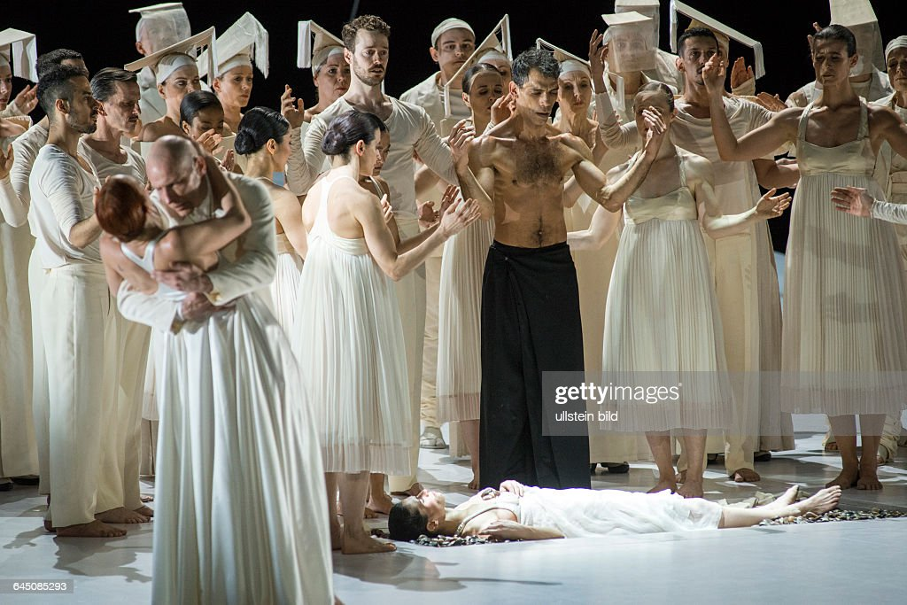 Romeo und Juliette. Autor: <a gi-track='captionPersonalityLinkClicked' href=/galleries/search?phrase=Hector+Berlioz&family=editorial&specificpeople=269284 ng-click='$event.stopPropagation()'>Hector Berlioz</a>. Musikal. Leitung: Donals Runnicles. Regie, Choreographie: <a gi-track='captionPersonalityLinkClicked' href=/galleries/search?phrase=Sasha+Waltz&family=editorial&specificpeople=825331 ng-click='$event.stopPropagation()'>Sasha Waltz</a>. Buehne: Thomas Schenk, Pia Maier Schriever, <a gi-track='captionPersonalityLinkClicked' href=/galleries/search?phrase=Sasha+Waltz&family=editorial&specificpeople=825331 ng-click='$event.stopPropagation()'>Sasha Waltz</a>. Kostueme: Bernd Skodzig. Premiere (Berlin): 18.04.15 Darst.: Yael Schnell (Juliette), Orlando Rodriguez (Frere Laurent).