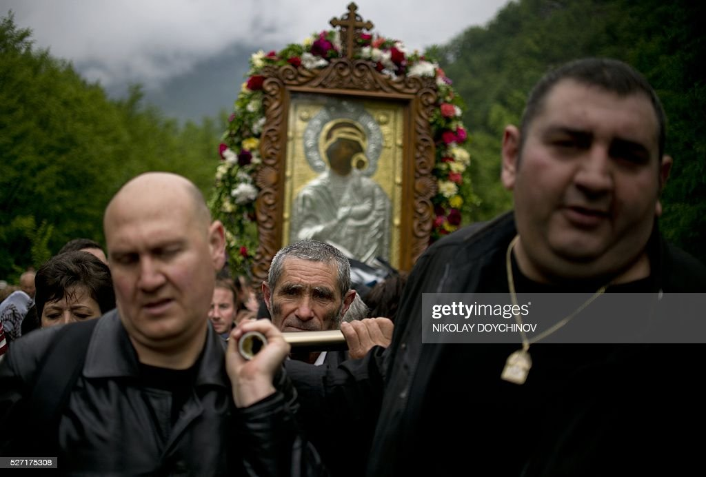 Orthodox pilgrims carry an icon of the Virgin Mary during an annual religious procession, marking the second day of the Orthodox Easter, on May 2, 2016 at the Bachkovo monastery, southern Bulgaria. / AFP / NIKOLAY