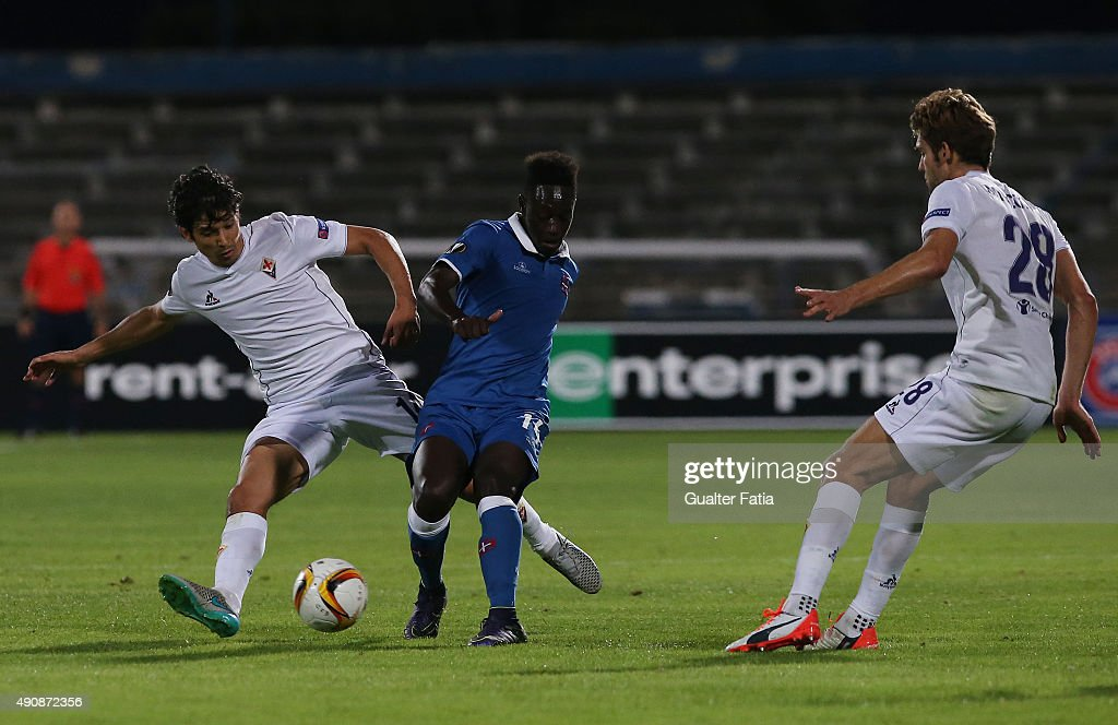 Os Belenenses' midfielder Dalcio with ACF Fiorentina's midfielder Matias Fernandez in action during the UEFA Europa League match between Os...