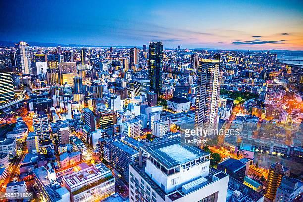 大阪の街並みの日本航空写真夜にのダウンタウン