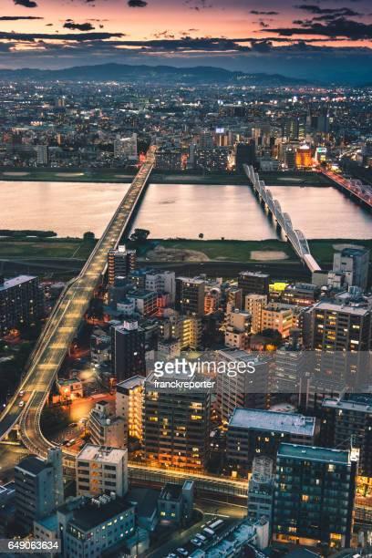 夜の大阪の街並み