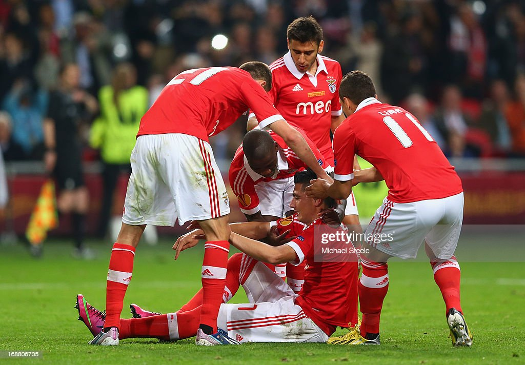 <a gi-track='captionPersonalityLinkClicked' href=/galleries/search?phrase=Oscar+Cardozo&family=editorial&specificpeople=2080093 ng-click='$event.stopPropagation()'>Oscar Cardozo</a> of Benfica celebrates scoring their first goal from the penalty spot with his team mates during the UEFA Europa League Final between SL Benfica and Chelsea FC at Amsterdam Arena on May 15, 2013 in Amsterdam, Netherlands.