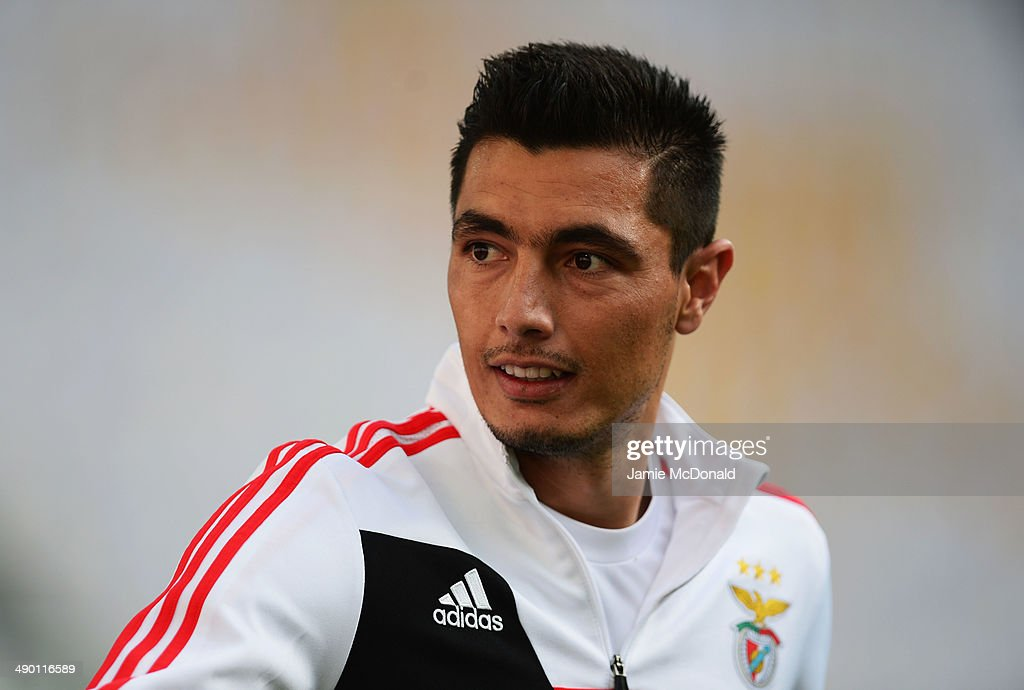 <a gi-track='captionPersonalityLinkClicked' href=/galleries/search?phrase=Oscar+Cardozo&family=editorial&specificpeople=2080093 ng-click='$event.stopPropagation()'>Oscar Cardozo</a> of Benfica looks on during an SL Benfica training session ahead of the UEFA Europa League Final against Sevilla FC at Juventus Arena on May 13, 2014 in Turin, Italy.