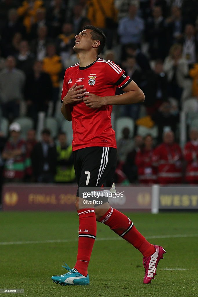 <a gi-track='captionPersonalityLinkClicked' href=/galleries/search?phrase=Oscar+Cardozo&family=editorial&specificpeople=2080093 ng-click='$event.stopPropagation()'>Oscar Cardozo</a> of Benfica reacts after missing a penalty during the UEFA Europa League Final match between Sevilla FC and SL Benfica at Juventus Stadium on May 14, 2014 in Turin, Italy.
