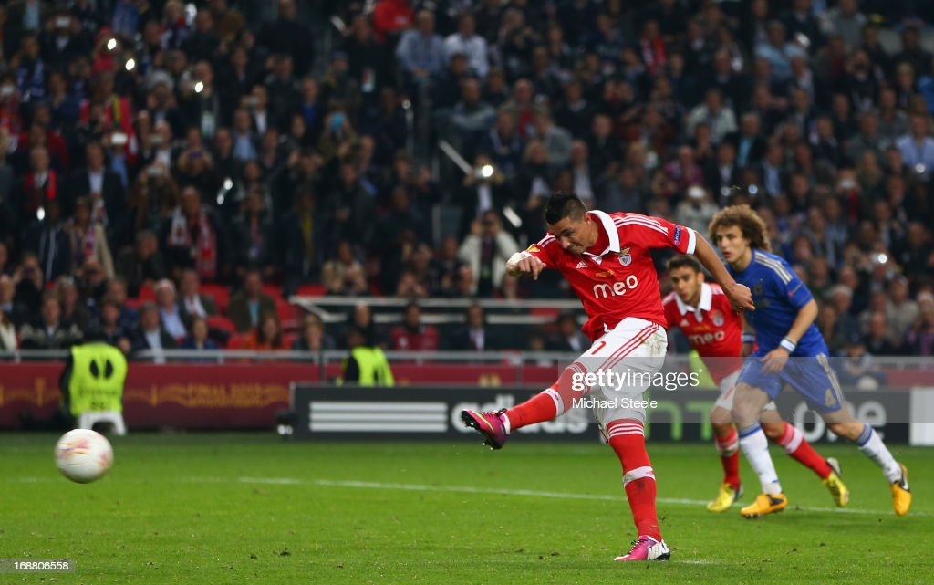 <a gi-track='captionPersonalityLinkClicked' href=/galleries/search?phrase=Oscar+Cardozo&family=editorial&specificpeople=2080093 ng-click='$event.stopPropagation()'>Oscar Cardozo</a> of Benfica scores their first goal from the penalty spot during the UEFA Europa League Final between SL Benfica and Chelsea FC at Amsterdam Arena on May 15, 2013 in Amsterdam, Netherlands.