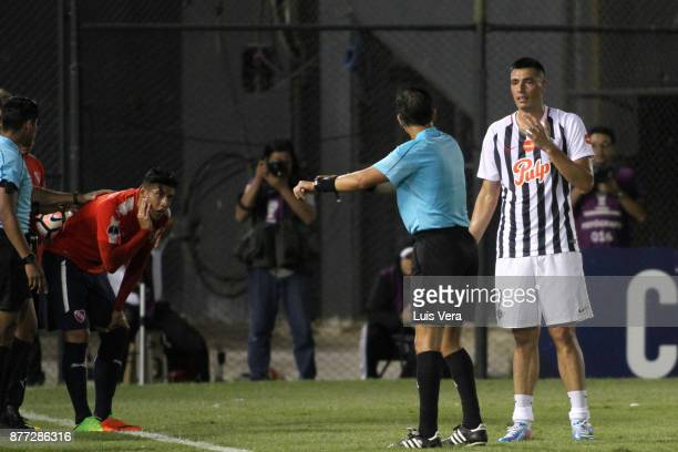 Oscar Cardozo of Libertad argues with referee Victor Carrillo after receiving a red card during a first leg match between Libertad and Independiente...