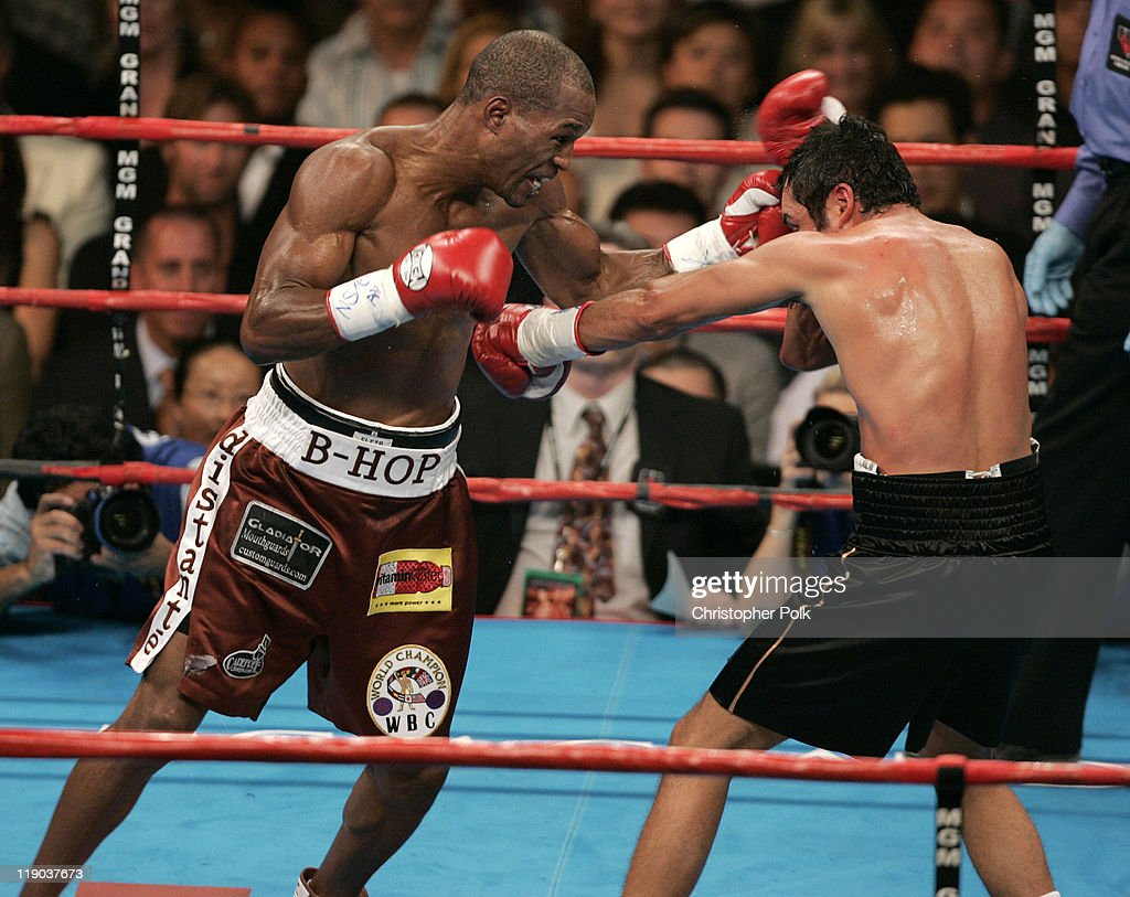 Oscar de la Hoya, black trunks, fights <a gi-track='captionPersonalityLinkClicked' href=/galleries/search?phrase=Bernard+Hopkins&family=editorial&specificpeople=171200 ng-click='$event.stopPropagation()'>Bernard Hopkins</a>, red trunks, during a WBC/WBA/IBF middleweight title fight at the MGM Grand Garden Arena in Las Vegas, Nevada September 18, 2004