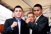 Oscar De La Hoya poses with Felix Trinidad on June 121999 in CanastotaNew York