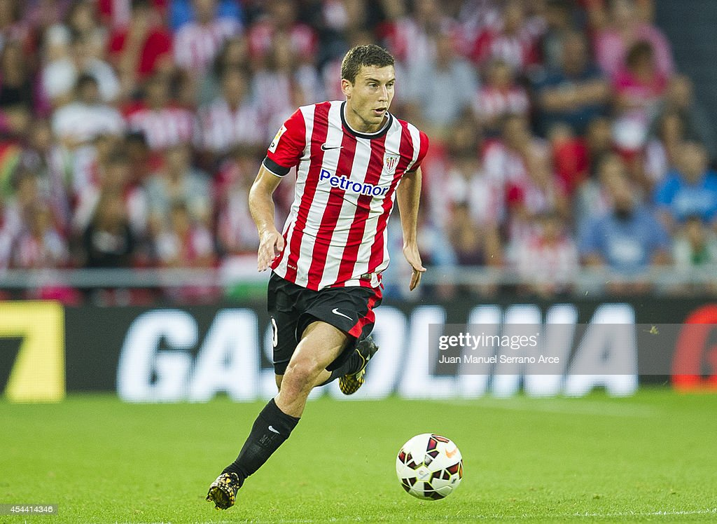 Oscar De Marcos of Athletic Club BilbaoÊcontrols the ball during the La Liga match between Athletic Club and Levante UD at San Mames Stadium on...