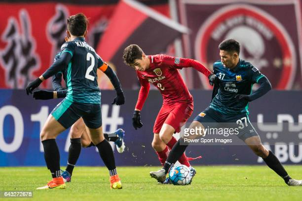 Oscar dos Santos Emboaba Junior of Shanghai SIPG FC fights for the ball with Weerasak Gayasit of Sukhothai FC during their AFC Champions League 2017...
