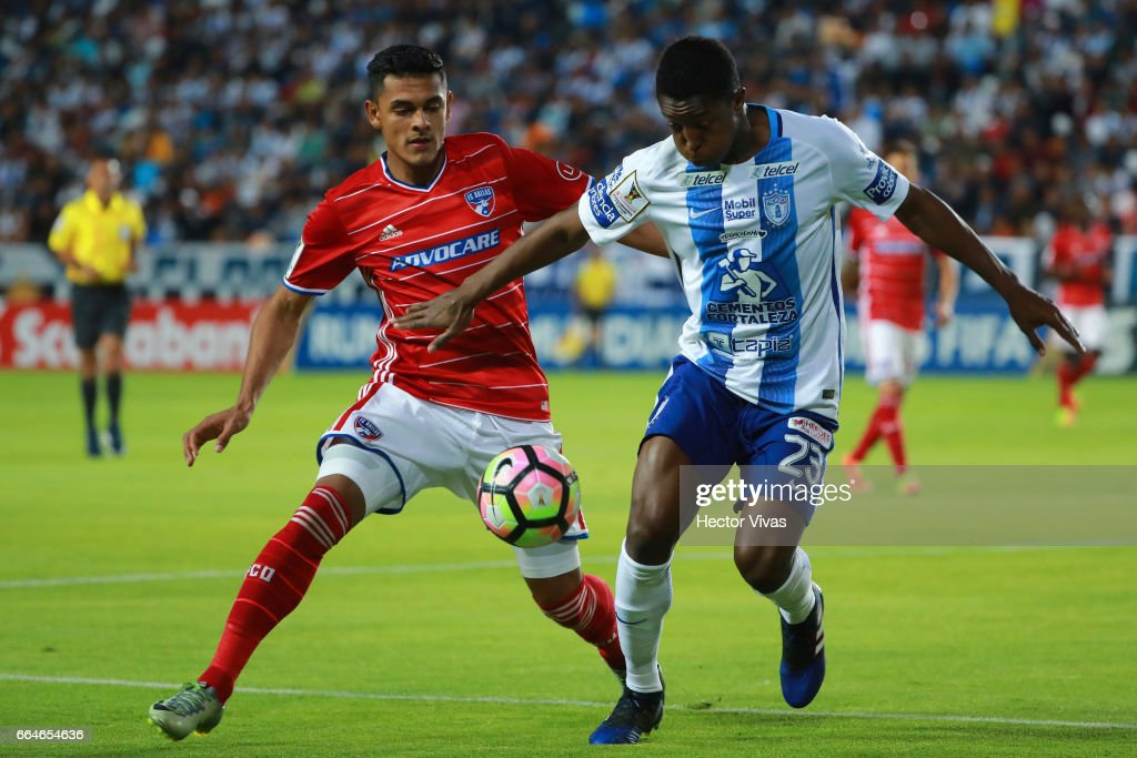 Oscar Murillo of Pachuca (R) struggles for the ball with Cristian Colman of FC Dallas (L) during the semifinals second leg match between Pachuca and FC Dallas as part of the CONCACAF Champions League 2017 at Hidalgo Stadium on April 04, 2017 in Pachuca, Mexico.