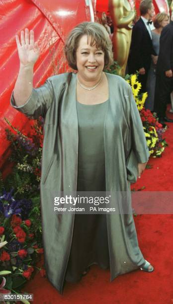 Oscar nominated American actress Kathy Bates arrives at the Dorothy Chandler Pavilion in Los Angeles for the 71st annual Academy Awards wearing a...