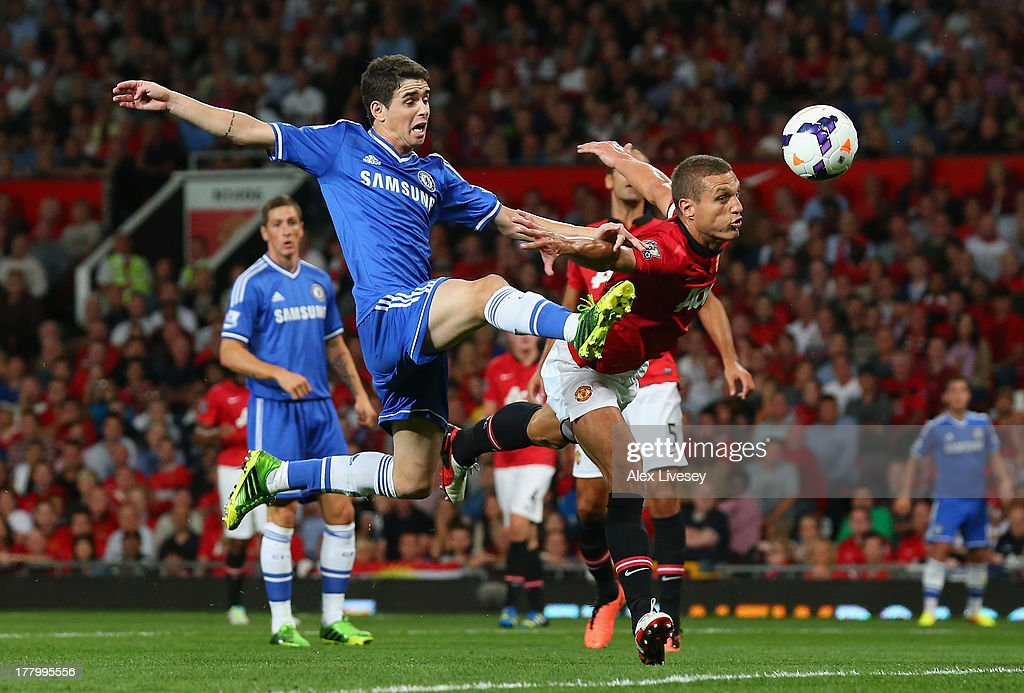 Oscar of Chelsea is challenged by <a gi-track='captionPersonalityLinkClicked' href=/galleries/search?phrase=Nemanja+Vidic&family=editorial&specificpeople=497253 ng-click='$event.stopPropagation()'>Nemanja Vidic</a> of Manchester United during the Barclays Premier League match between Manchester United and Chelsea at Old Trafford on August 26, 2013 in Manchester, England.