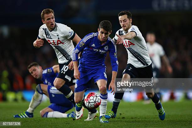 Oscar of Chelsea is pursued by Harry Kane of Tottenham Hotspur and Ryan Mason of Tottenham Hotspur uring the Barclays Premier League match between...