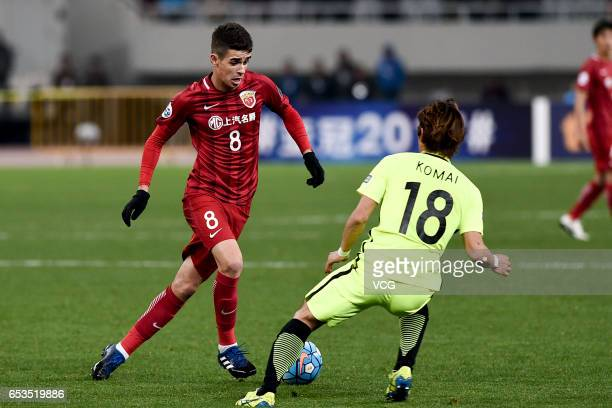 Oscar of Shanghai SIPG and Komai of Urawa Red Diamonds compete for the ball during the AFC Champions League Group F match between Shanghai SIPG and...