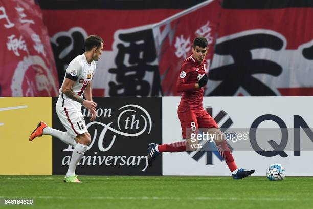 Oscar of Shanghai SIPG and Scott Neville of Western Sydney Wanderers compete for the ball during the AFC Champions League 2017 Group F match between...