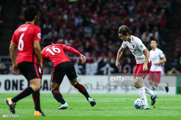 Oscar of Shanghai SIPG controls the ball during the AFC Champions League semi final second leg match between Urawa Red Diamonds and Shanghai SIPG at...