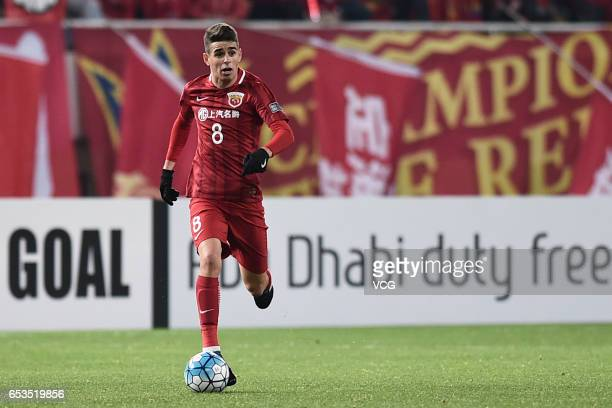 Oscar of Shanghai SIPG drives the ball during the AFC Champions League Group F match between Shanghai SIPG and Urawa Red Diamonds at Shanghai Stadium...