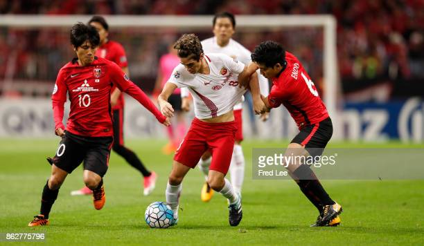 Oscar of Shanghai SIPG follows the ball during the AFC Champions League semi final second leg match between Urawa Red Diamonds and Shanghai SIPG at...
